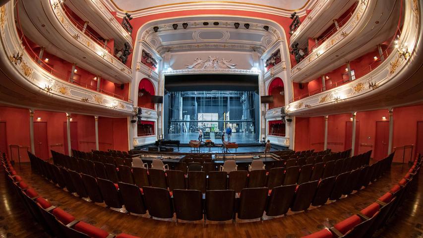 Typischer Fall von Guckkastenbühne und hierarchischem Zuschauerraum. Wird so eine Ordnung noch im Opernhaus der Zukunft Bestand haben?
