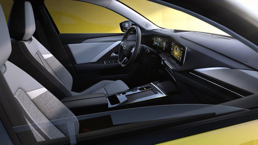 Die Breitbildlandschaft im Cockpit markiert einen digitalen Umbruch, wobei man – anders als VW beim Golf – nicht komplett auf bedienungsfreundlich analoge Elemente verzichtet hat.