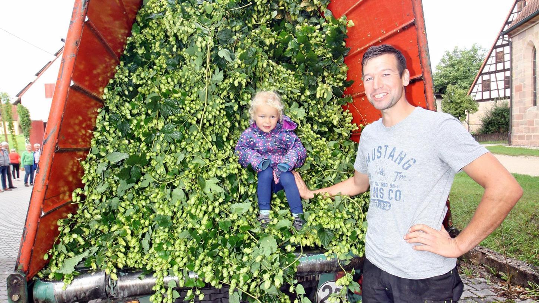 Gerhard Augsdörfer mit Tochter Valentina nach einer der ersten Erntefahrten – beide freuen sich über die guten Ergebnisse.