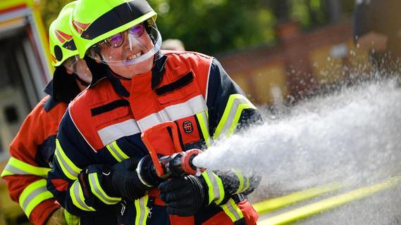 Rauchsäule alarmiert Einsatzkräfte: Schrank und Sofa im Wald angezündet