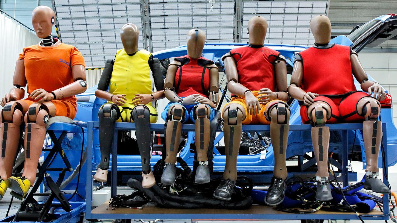 Nicht nur nach Norm gebaut: Crashtest-Dummys von unterschiedlicher Größe und unterschiedlichem Gewicht.