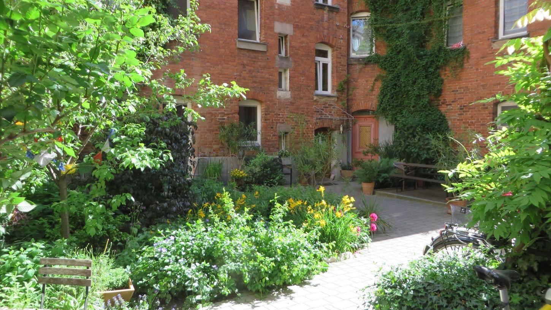 Grüne Oase in der Großstadt: ein bepflanzterHinterhof in der Denisstraße.