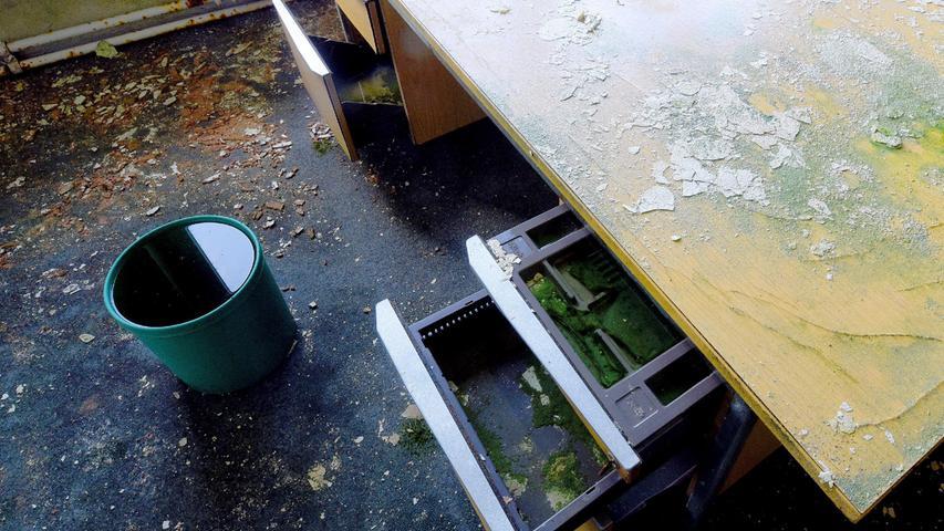 Schreib- und Ladentische stehen seit jahren ungenützt herum.