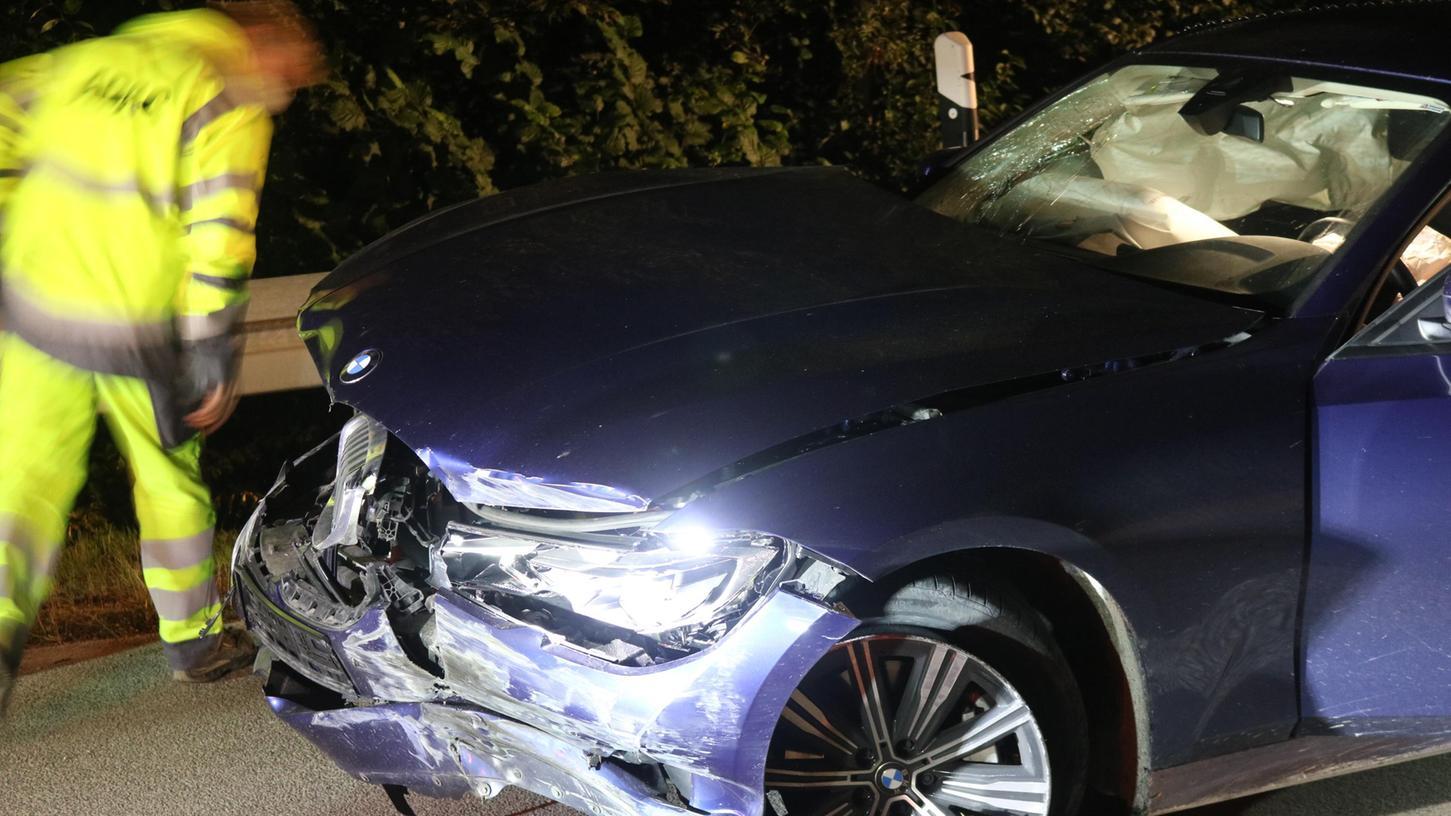 Auf der A7 kam es in der Nacht zum Samstag (04.09.2021) zwischen Uffenheim (Lkr. Neustadt an der Aisch-Bad Windsheim) und Bad Windsheim zu einem Auffahrunfall. Dabei ist aus bislang noch ungeklärter Ursache ein Transporter auf eine auf der rechten Spur fahrenden Zivilstreife aufgefahren. Dabei wurden laut Polizei die beiden Beamten sowie der 40-jährige Fahrer des Transporters leicht verletzt. Foto: NEWS5 / Wohlgemuth Weitere Informationen... https://www.news5.de/news/news/read/21704