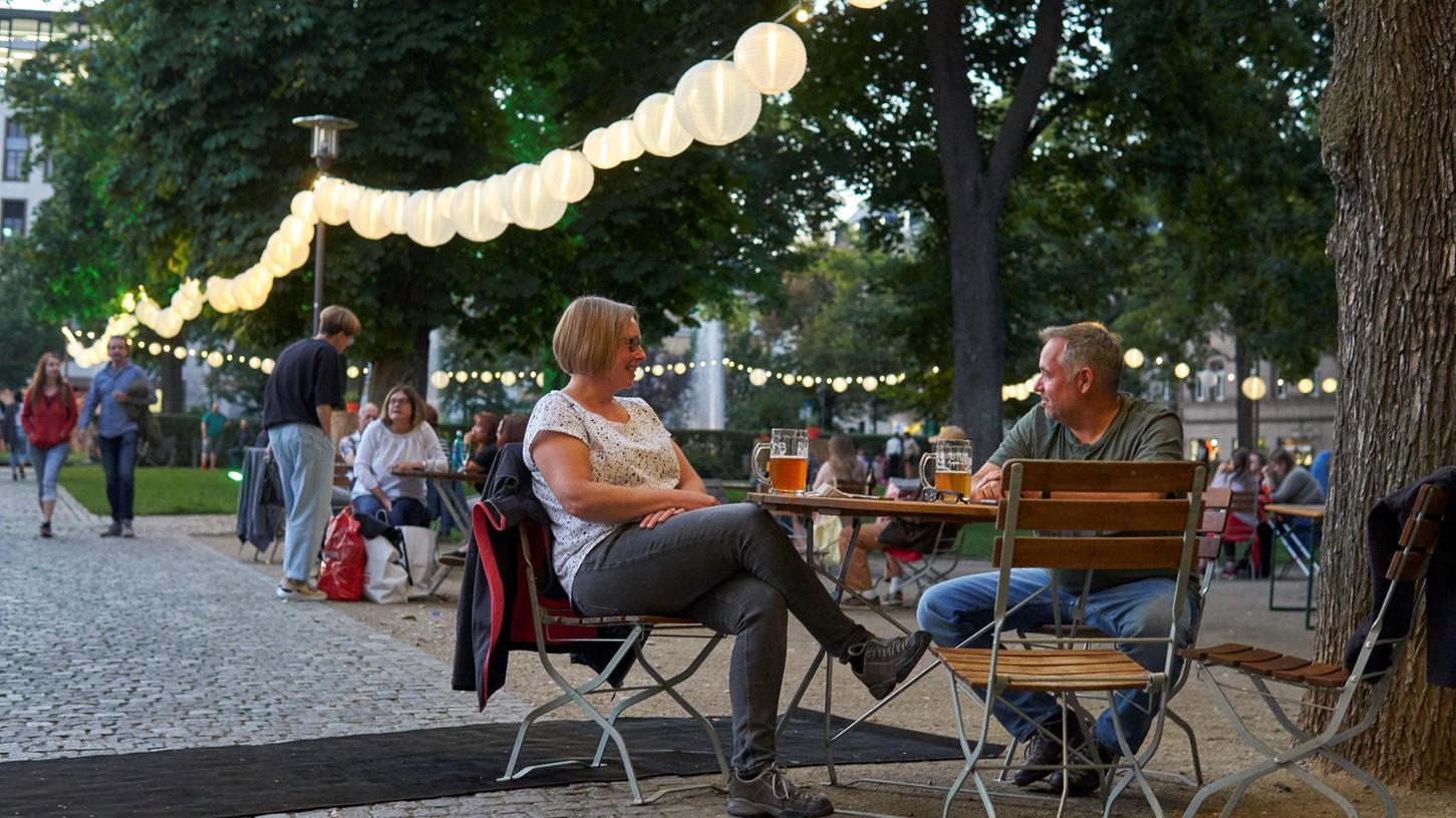 Die Adenaueranlage hat sich in einen stimmungsvollen Biergarten verwandelt. Für viele Fürtherinnen und Fürther hat der Park damit noch einmal an Flair gewonnen.