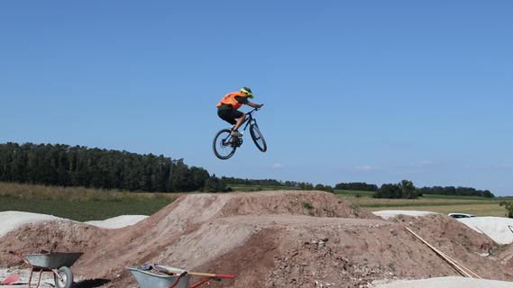 Erst die Arbeit, dann das Vergnügen auf der neuen Dirt-Bike-Strecke in Sambach
