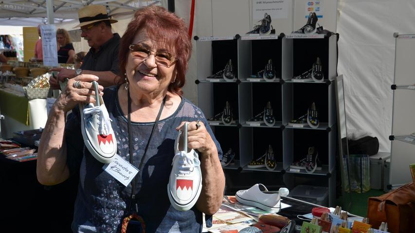Margot Eva Brauch aus Oberasbach bei Nürnberg bemalt Sneakers individuell nach Kundenwunsch.
