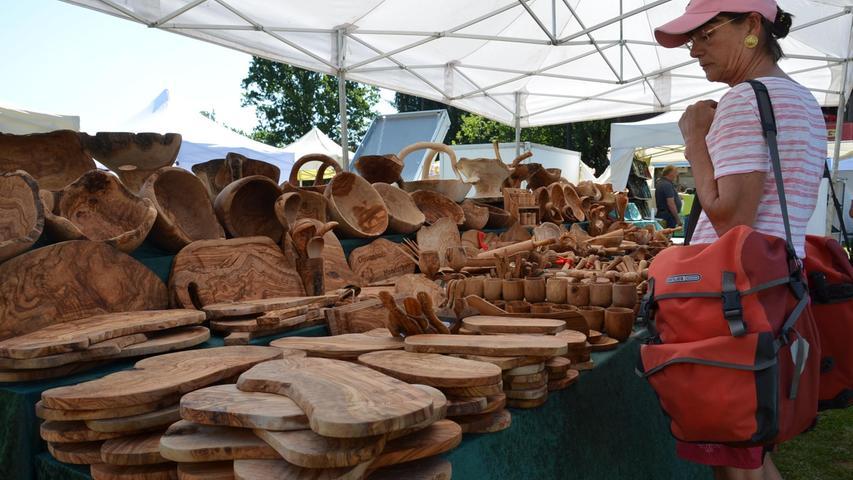 Der Kunsthandwerkermarkt am Kleinen Brombachsee in Langlau lockte mit einer  buntenten Auswahl von Nippes und Nützlichem zahlreiche Besucher an den Kleinen  Brombachsee. Foto: Jürgen Eisenbrand 4. 9. 2021