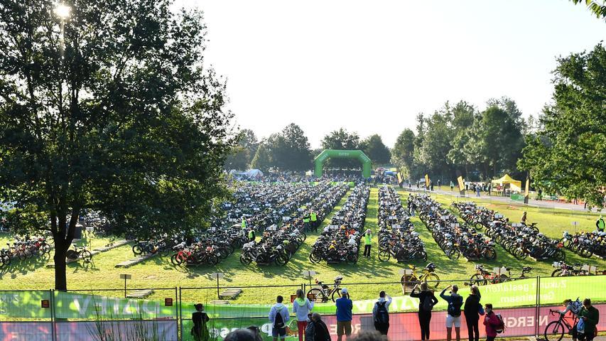05.09.2021 ---Triathlon --- 2021 --- DATEV Challenge Roth 2021  --- Foto: Sportfoto Zink/OGo ---   Feature Impression Symbolbild Symbolfoto - Wechselzone 1 (Schwimmen / Radfahren)