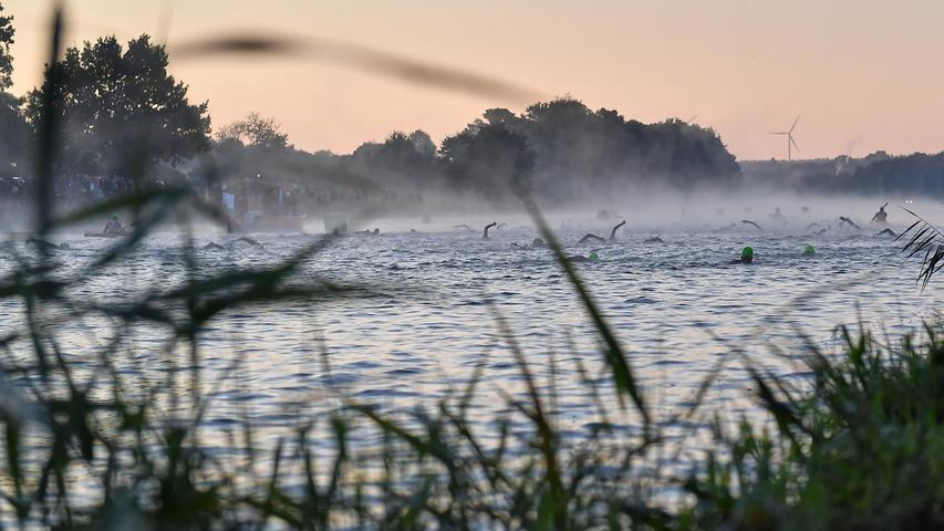 05.09.2021 ---Triathlon --- 2021 --- DATEV Challenge Roth 2021  --- Foto: Sportfoto Zink/OGo ---   Feature Impression Symbolbild Symbolfoto - Schwimmstrecke Schwimmen