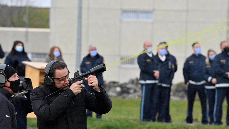 Georg Eisenreich (CSU), Staatsminister der Justiz, schießt während der Vorführung eines mobilen Drohnenabwehrsystems, das zum Einsatz im Strafvollzug kommen soll, mit einer Spezialwaffe eine Drohne ab.