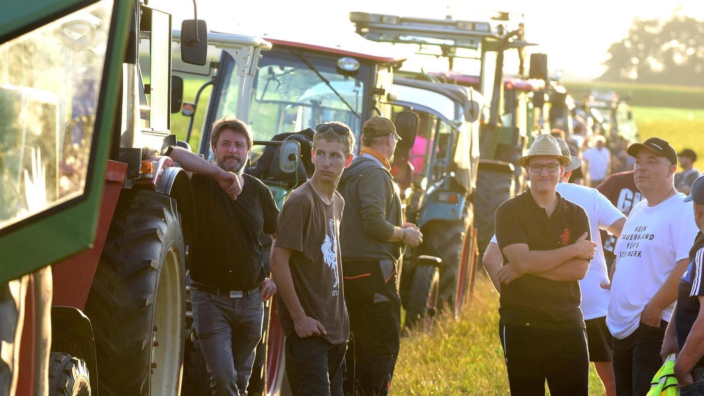 """Der Traktor-Korso, der zur """"Nacht mit ICE-Werk"""" auffuhr, war imposant. An die 50 Landwirte simulierten mit aufgeblendeten Scheinwerfern und Hupkonzert, was den Anliegern drohen könnte."""
