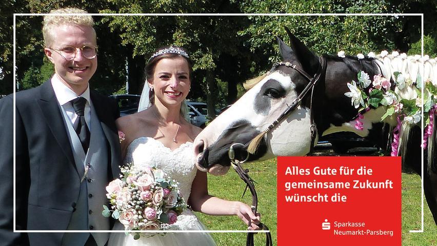 Die Reiterfreunde aus Rothenhof ließen es sich nicht nehmen, zur Hochzeit ihrer Reiterkollegin Ann-Kathrin Meier, geborene Tokic, und ihrem Mann Sebastian Meier aus Sengenthal mit ihren Pferden zu erscheinen und sie mit einen langen Spalier zu erfreuen. Als Überraschung hatten sie