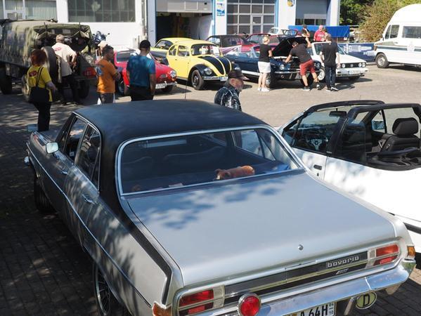 Klassiker der Automobilgeschichte, Youngtimer und Oldtimer reihten sich im Industriegebiet Leonie aneinander.
