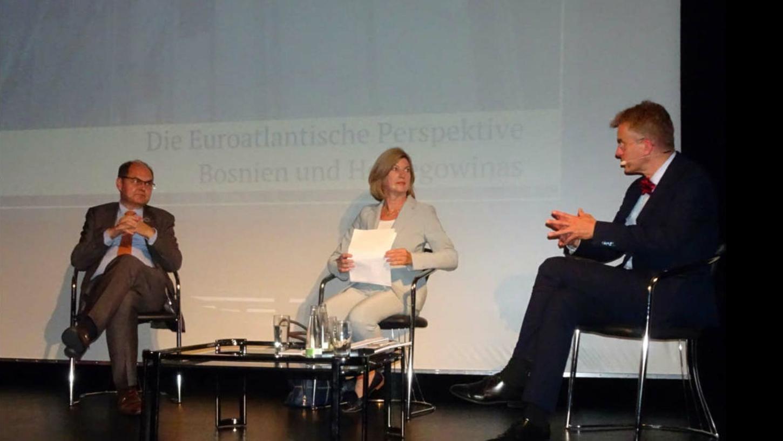 Auf dem Podium von links nach rechts: Christian Schmidt, Professorin Dr. Marie-Janine Calic und Professor Dr. Ulrich Schlie.
