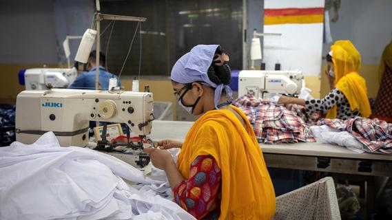 Zu Zwangsarbeit in China beigetragen? Strafanzeige gegen Aldi, Lidl und C&A