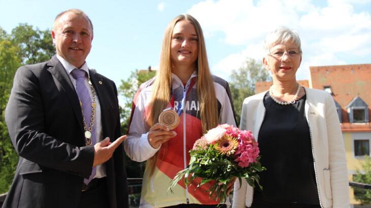 Bürgermeister Jörg Kotzur und stellvertretende Landrätin Gabriele Drechsler gratulieren der Olympionikin zu ihrem Erfolg bei den Spielen in Tokio.