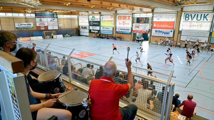 Erlangen:  Erfolgreicher Auftakt in die neue Saison für die Damen des Handballclub Erlangen in der 3. Liga gegen die Mannschaft von HSG Würm-Mitte. Wieder vor Zuschauern zu spielen beflügelte die Spielerinnen von Trainer Attila Kardos, am Ende stand dann ein Sieg mit 28:23 Toren. 04.09.21. Foto:  Harald Sippel