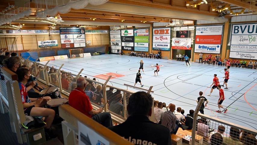Erlangen:  Erstes Heimspiel der neuen Drittliga-Handball-Saison für die Spieler der U 23 des HC Erlangen. Wieder vor Zuschauern gewannen die Erlanger durch ein Tor in letzter Sekunde von Tim Bauder mit 25:24 Toren.  04.09.21. Foto:  Harald Sippel