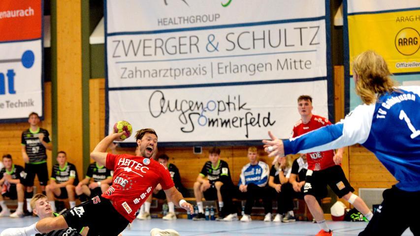Erlangen:  Erstes Heimspiel der neuen Drittliga-Handball-Saison für die Spieler der U 23 des HC Erlangen. Wieder vor Zuschauern gewannen die Erlanger durch ein Tor in letzter Sekunde von Tim Bauder mit 25:24 Toren.  Im Bild: Walz. 04.09.21. Foto:  Harald Sippel