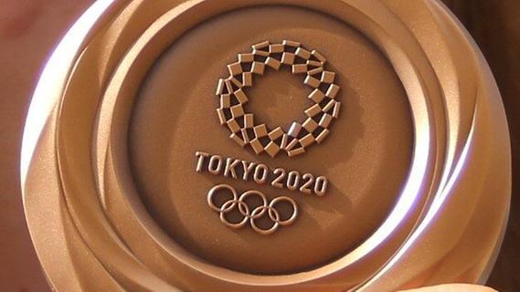 Da ist das Ding: Charline Schwarz' Bronzemedaille.