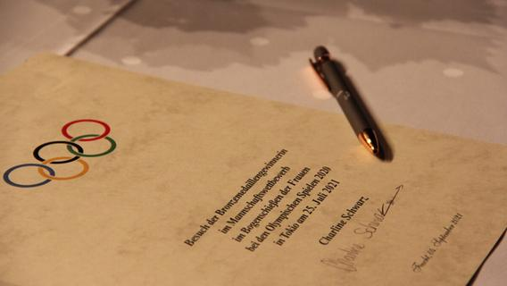 ...natürlich, einem Pfeil in ihrer Signatur.