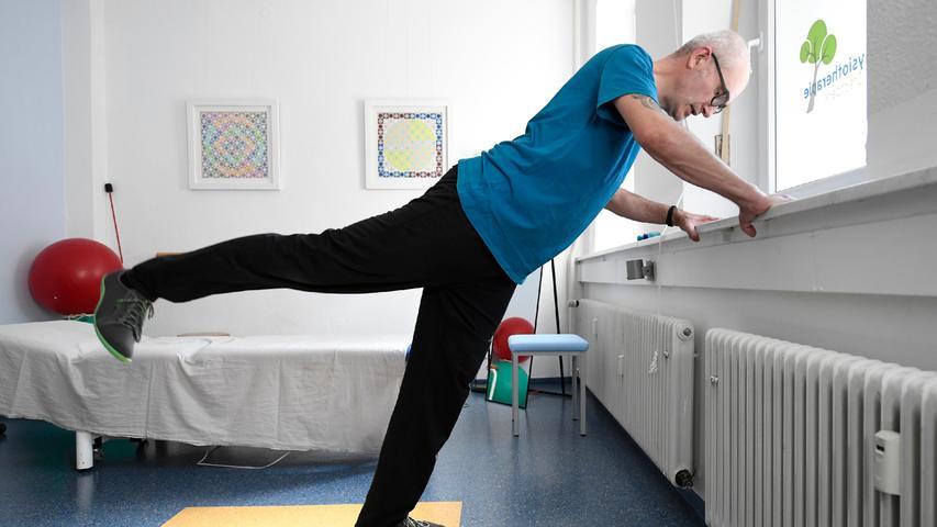 5. Zur Versorgung der Bandscheiben, weil wir im Alltag oft gebeugt sind: Hüftstreckung, Kräftigungsübung. Mit den Händen ans Fensterbrett greifen, schräge Stellung einnehmen, wie Liegestütze imStand. Abwechselnd ein Bein nach hinten anheben, Knie durchgedrückt lassen. Das Becken zeigt stabil nach vorne, den Körper dabei nicht drehen. Rücken und Standbein bilden eine gerade Linie von der Schulter bis zur Ferse.
