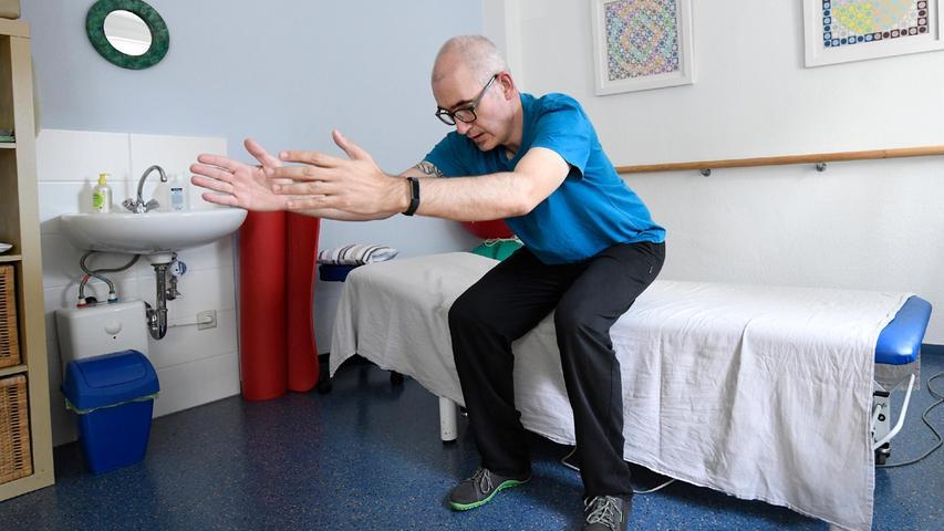 """3. Jan Dieckmann nennt diese Übung an der Bettkante """"Kontrolliert aufstehen"""". Ohne die Arme zu Hilfe zu nehmen, mit dem Oberkörper ein Stück nach vorne beugen, Schwerpunkt verlagern, Rücken gerade, aus den Beinen nach oben gehen. Serie: dreimal zehn. Für Fortgeschrittene, gut für die Waden: im Stand auf die Zehenspitzen stellen."""