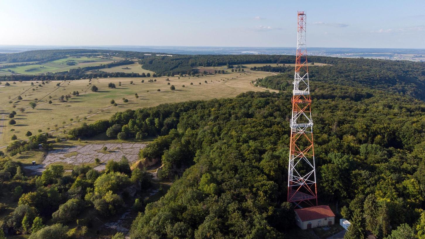 Vom Boden aus kann man vom Funkturm gar nicht so viel sehen, denn das Areal ist zugewachsen. Den besseren Eindruck gewinnt man von der Höhe aus mit einer Drohne.