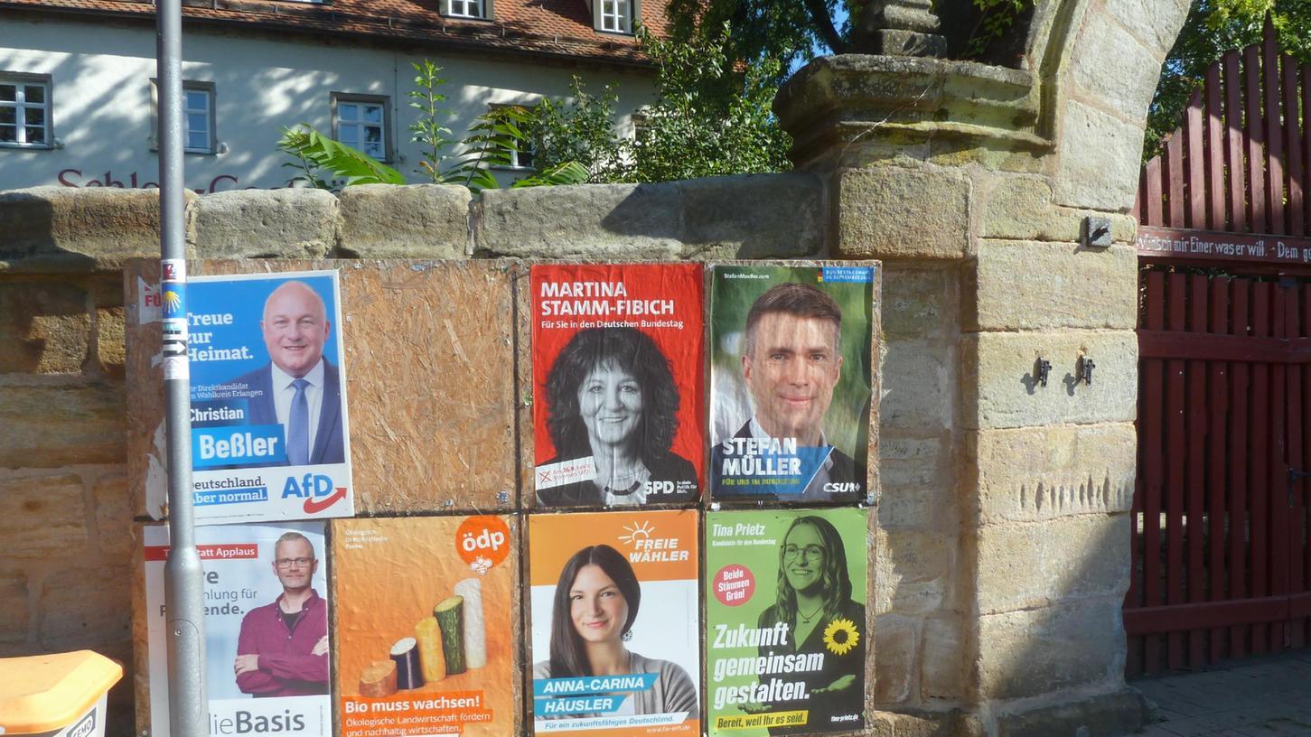Wahlkampf in Kalchreuth: Die Gemeinde hat insgesamt sieben große Tafeln an gut  sichtbaren Stellen aufgestellt, fünf in Kalchreuth, wie hier am Schlossplatz  und je einmal in Röckenhof und Käswasser, wo die Parteien ihre Wahlplakate  anbringen können.