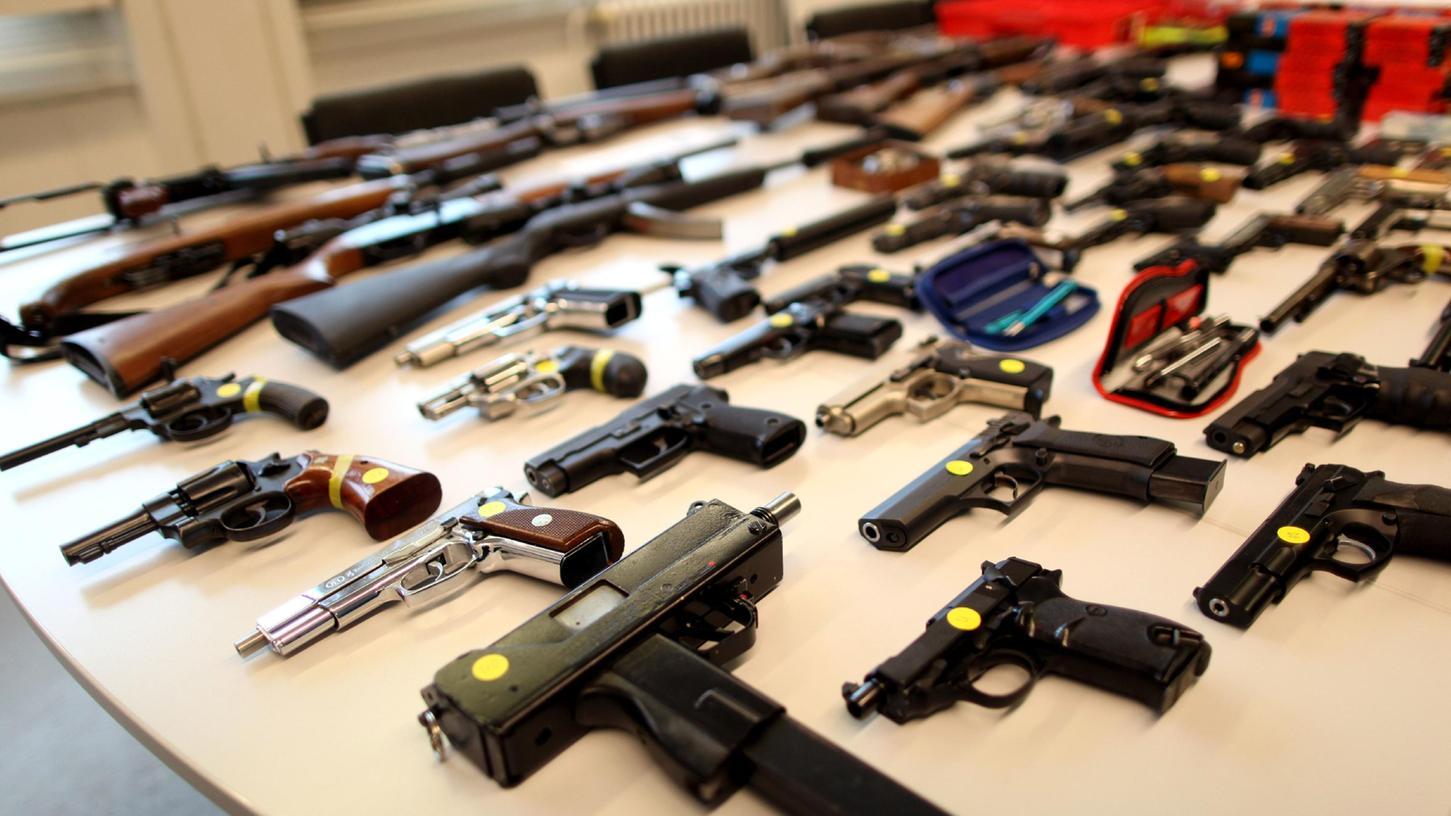 Soviele Waffen wie auf unserem Symbol-Bild wurden beim Landratsamt Roth zwar nicht abgegeben, dafür war die Anzahl von Magazinen mit 500 Stück ganz schön üppig.