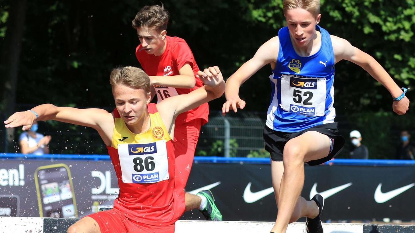 Ob Tobias Döllinger (in Blau) beim Hindernislauf bleibt, ist nicht verbrieft. Doch er hat bei der DM in Hannover gezeigt, dass er sich wohlfühlt in dieser Disziplin und mit der Konkurrenz mithalten kann.