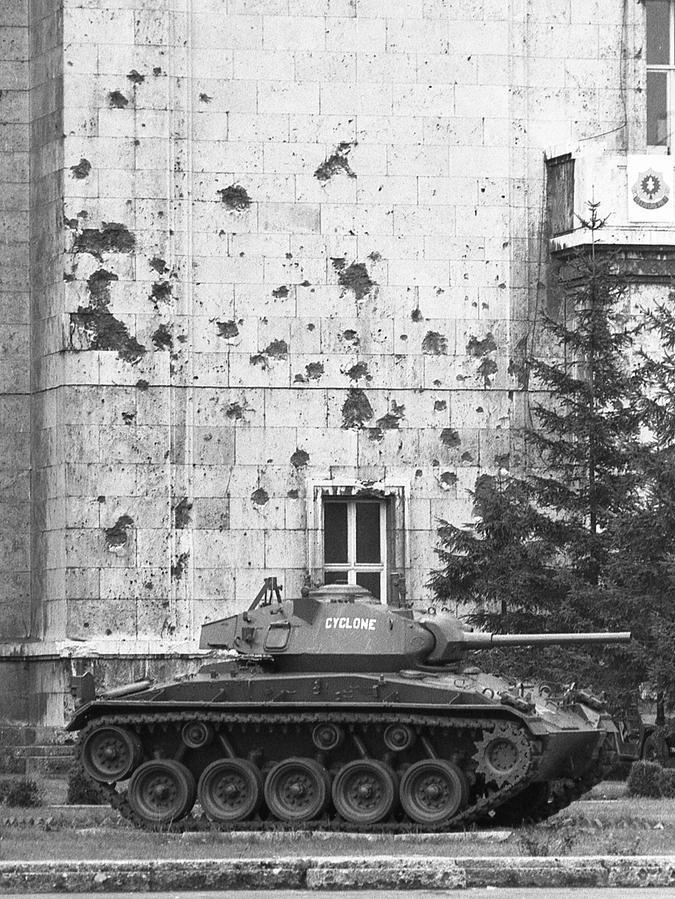 Die Schäden am Haupteingang stammen noch aus der Kriegszeit. Sie wurden nie ausgebessert.