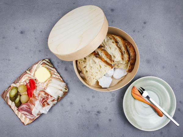 Die Brotzeit mit dreierlei Speck, hausgebackenem Dinkelbrot und selbst gemachter Butter und Mixed Pickles ist ein Klassiker des Teams.