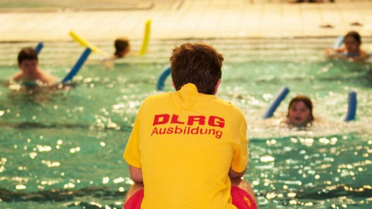 Auch für die Schwimmkurse der DLRG – hier im Bild –, können die 50-Euro-Gutscheine eingelöst werden.
