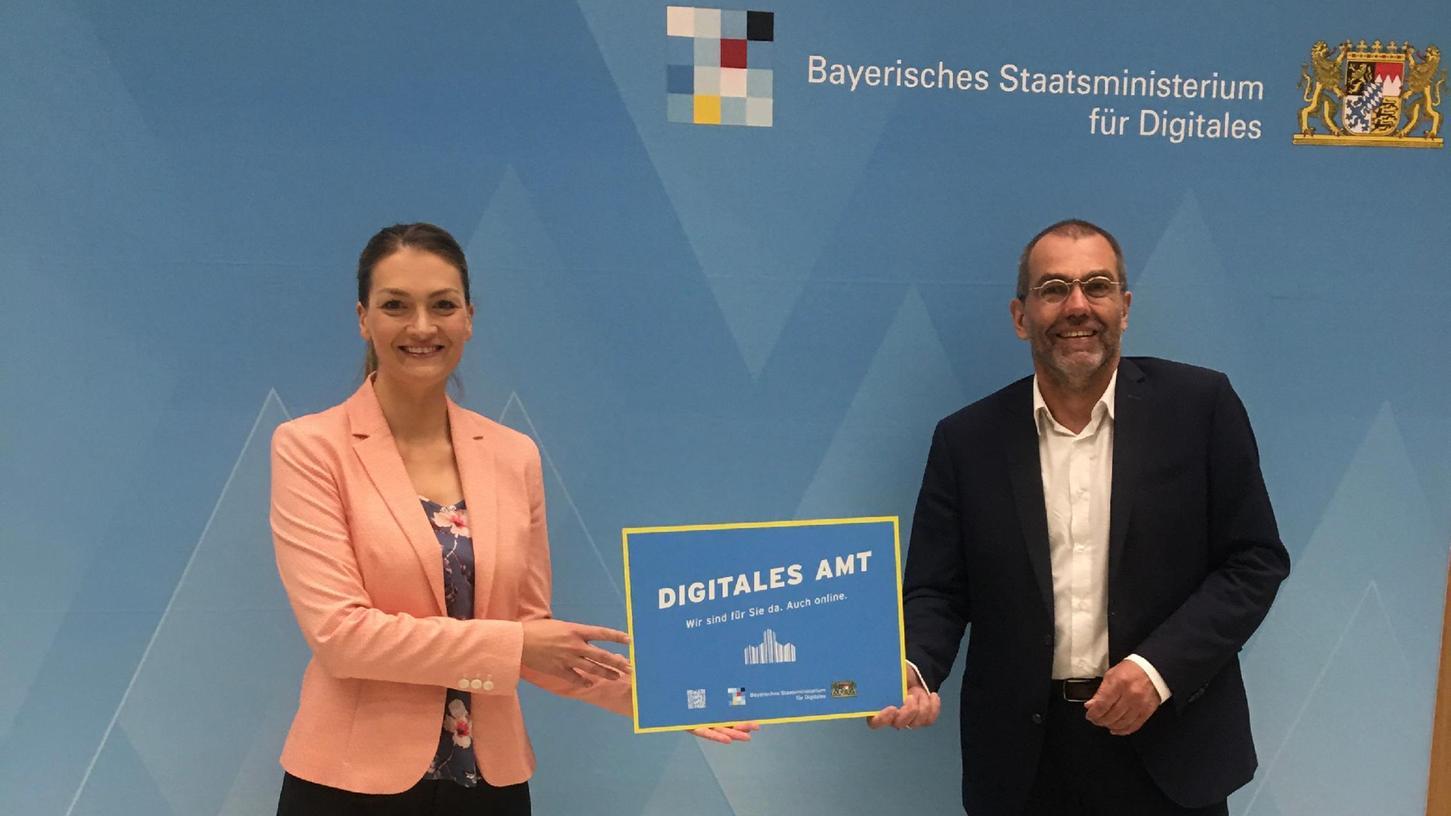 Kämmerer Harald Riedel (SPD) bekommt die Auszeichnung von Bayerns Digitalministerin Judith Gerlach (CSU).