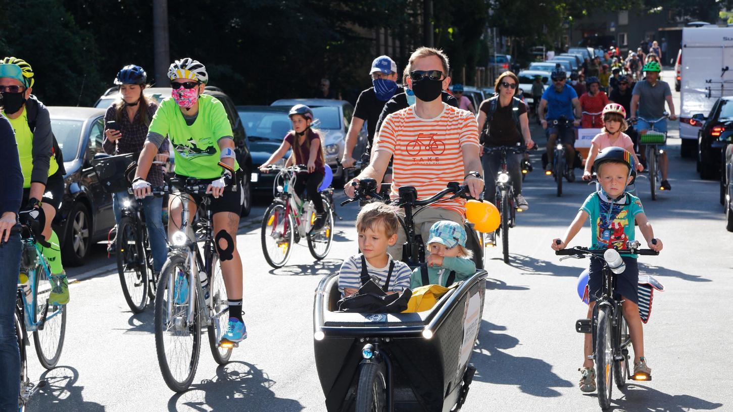 Bei der Kidical Mass in Nürnberg demonstrierten mehrere hundert Menschen für die Belange von Kindern im Straßenverkehr.