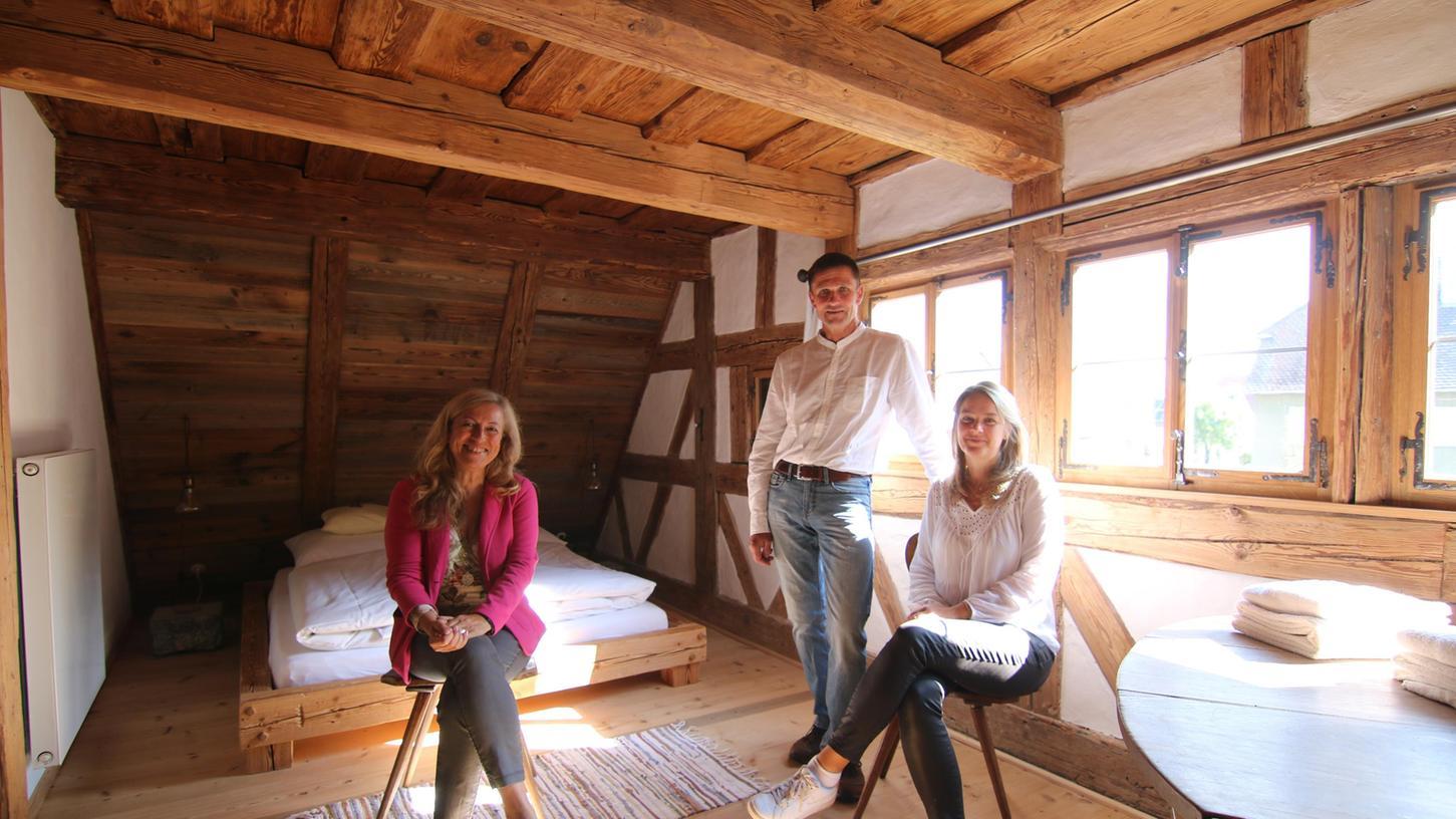Viel Charme steckt in dem von Alexandra und Winfried Ulm (von rechts) zum Ferienhaus umgebauten denkmalgeschützten Gebäude, das die Organisatorin des Tags des offenen Denkmals in Bad Windsheim, Sabine Detsch, lobt.