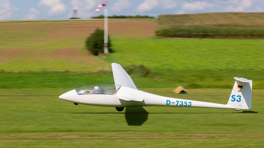 """""""Flieger grüß mir die Sonne!"""" - das doppelsitzige """"Janus B""""-Segelflugzeug hebt hinter dem Schleppflugzeug ab."""