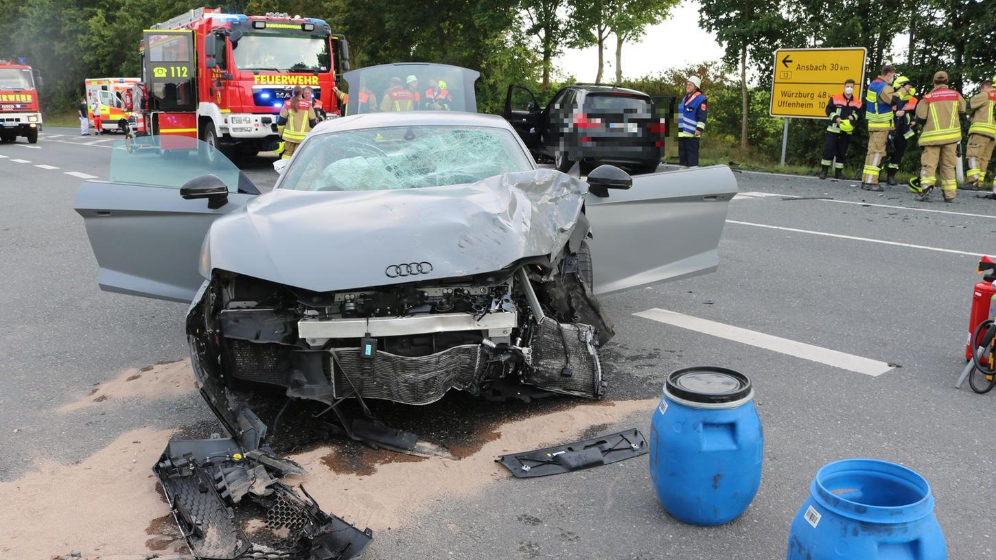 Das Auto des 19-Jährigen hat nur noch Schrottwert. Ebenso wie das andere beteiligte Fahrzeug im Hintergrund.