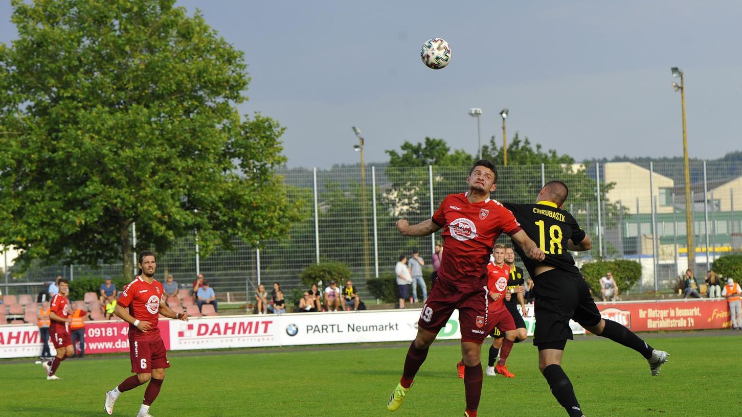 Der ASV Neumarkt (rote Trikots) verlangte dem favorisierten Regionalligisten SpVgg Bayreuth einiges ab, die Gäste mussten ihre ganze Routine ausspielen.
