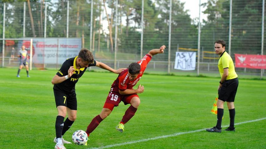 Im Achtelfinale des Fußball-Verbandspokals empfing der formstarke Bayernligist ASV Neumarkt (rote Trikots) den ambitionierten Regionalligisten SpVgg Bayreuth. Knapp 500 Zuschauer sorgten für eine ansprechende Kulisse.
