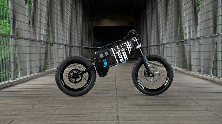 Zweiräder gehören zu dieser IAA dazu. Das hier ist eine Studie von BMW, heißt Vision Amby und versteht sich als Mix aus E-Bike und Elektro-Moped. Die Höchstgeschwindigkeit passt sich automatisch dem Umfeld sowie - Stichwort Führerschein - dem vom Fahrer eingegebenen persönlichen Daten an.