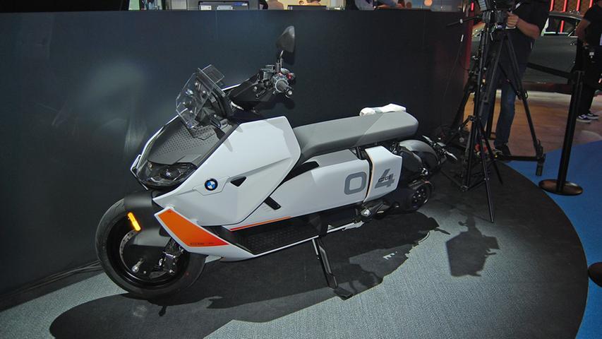 Der CE 04 ist ein vollelektrischer Scooter, der 130 Kilometer Reichweite erzielt. Zu haben ist er ab Februar 2022, die Preisliste weist mindestens 11.900 Euro aus.