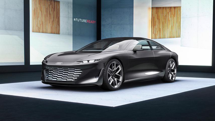 Star bei Audi ist das Grandsphere Concept - die Fingerübung einer 5,35 Metern langen Elektro-Limousine mit 530 kW/720 PS, 120-kWh-Akku, 800-Volt-Technik und 720 Kilometern Reichweite. Wenn die autonomen Fahrfunktionen zugeschaltet sind, fahren Lenkrad und Pedale zurück.