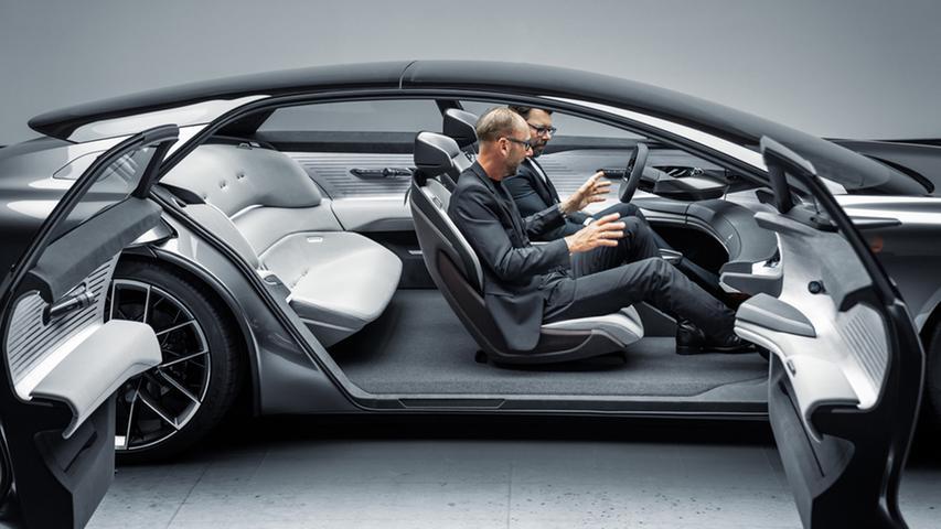 Die Türen öffnen gegenläufig. Bei den beiden Herren handelt es sich um Technik-Vorstand Oliver Hoffmann und Designchef Marc Lichte (auf dem Beifahrersitz).