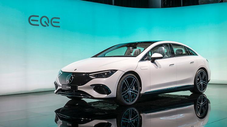 Mit dem EQE zeigt Mercedes das elektrische Pendant zur E-Klasse. 2022 kommt die 4,65 Meter lange Limousine auf den Markt. Als EQE 350 wird sie 215 kW/292 PS leisten und über einen 90-kWh-Akku. Aktionsradius: bis zu 660 Kilometer.