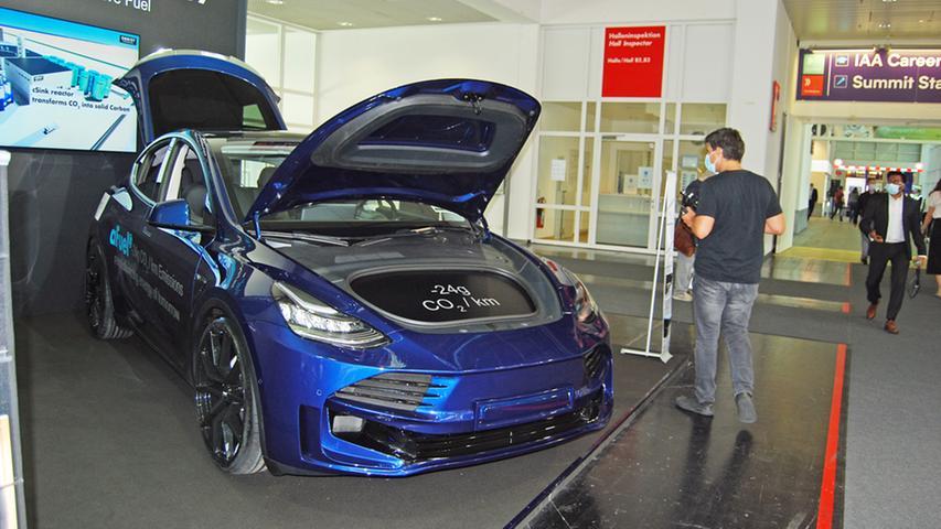 Auch Start-ups bekommen ihre Bühne. Obrist ist im österreichischen Vorarlberg beheimatet. Der HyperHybrid ist eigentlich ein Tesla Model 3, allerdings mit einem methanolbetriebenen Verbrenner, der wiederum Strom für einen Elektromotor erzeugt.