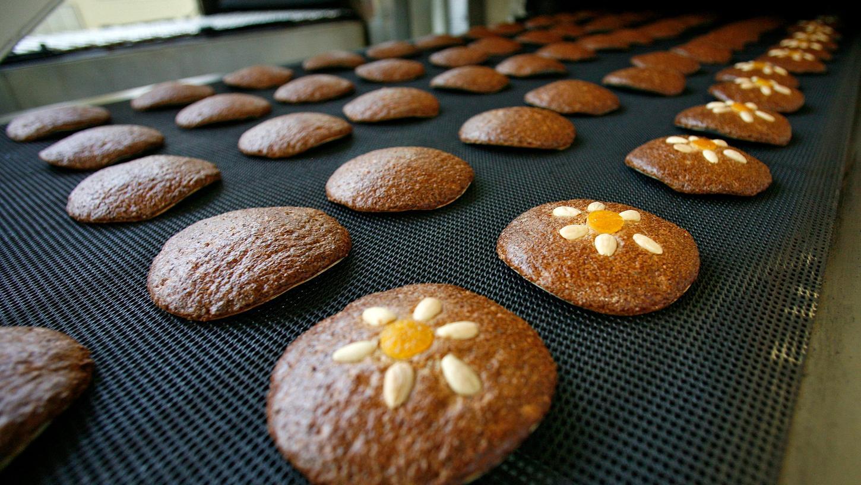 Die Produktion läuft längst auf Hochtouren, inzwischen sind die ersten Lebkuchen schon im Handel.