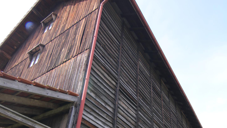 Ein spannendes Objekt ist die Tabaktrockenscheune aus Unterreichenbach im Freilandmuseum, deren Funktionsweise Sonntag erklärt wird, im Inneren sind historische Türen gelagert. Foto: Stefan Blank (Foto: sb)